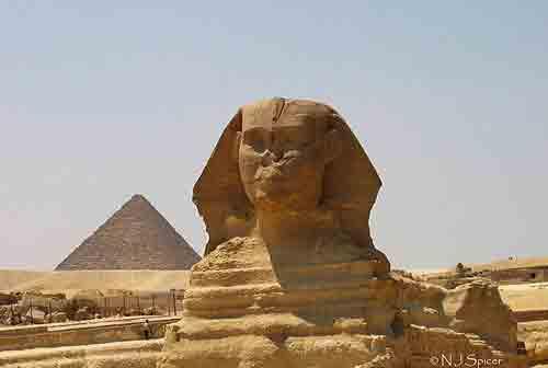 Quelle est la différence entre mastaba et pyramide