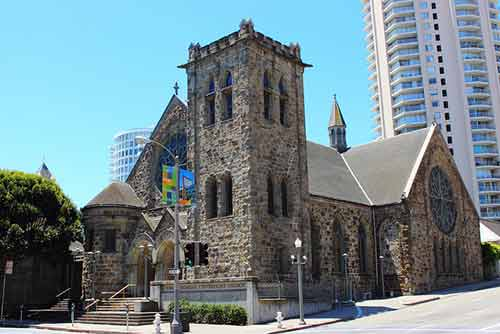 Quelle est la difference entre Unitarian Universalism et Anglican